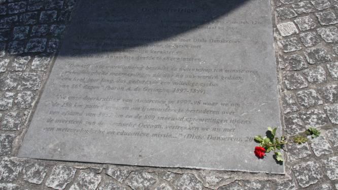 Nieuwpoorts ereburger Dixie Dansercoer overleden: eenzame rode roos bij kunstwerk De Poolreiziger