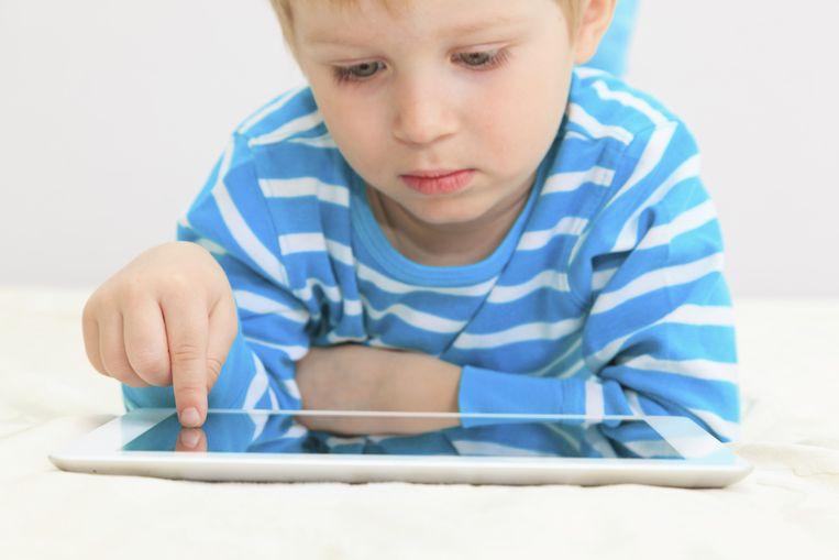Volgens wetenschappers zouden tablets al vlak na de geboorte deel moeten uitmaken van de leefwereld van baby's.