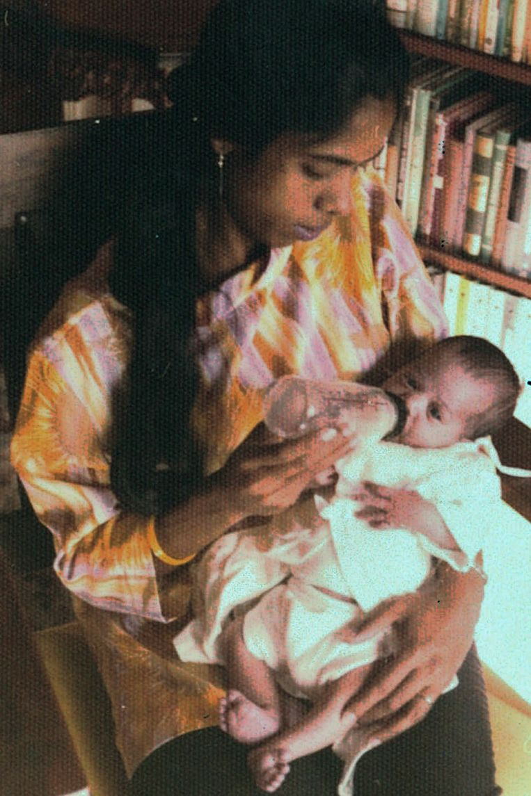 Shyamala Gopalan met baby Kamala in haar armen. Beeld AP