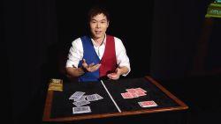 Wereldkampioen goochelen verbaast publiek met spectaculaire kaarttrucs