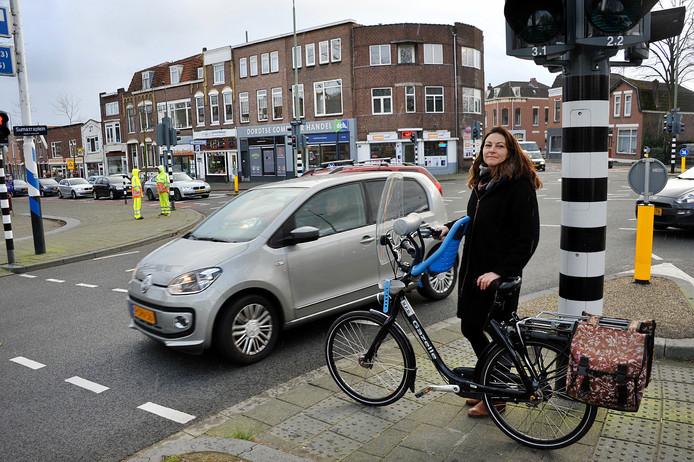 Moeder Lara Geense op het kruispunt waar haar 5-jarige zoon Maas bij groen licht overstak en werd aangereden door een haastige automobilist.