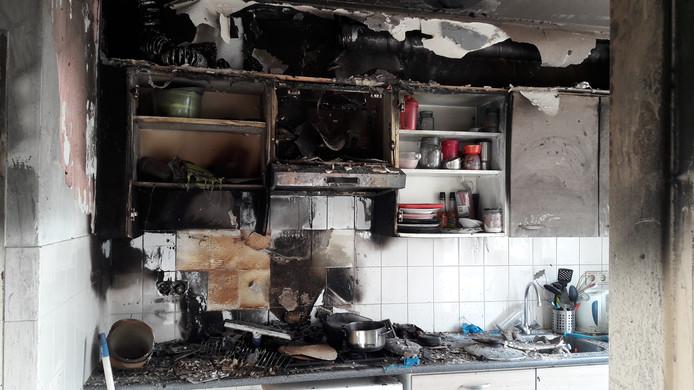 Na kortsluiting bij de magnetron sloeg maandagavond de vlam in de pan bij de familie Lonis uit Hoogerheide. Al snel zat het vuur ook in de afzuigkap en moesten Richard, Angela en hun zoon Robin het huis ontvluchten.