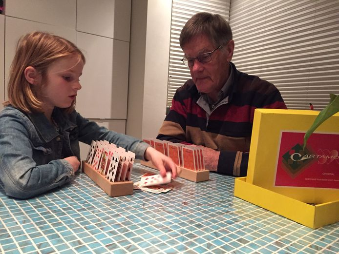 Piet van Eekelen speelt Cartamore met zijn kleindochter.