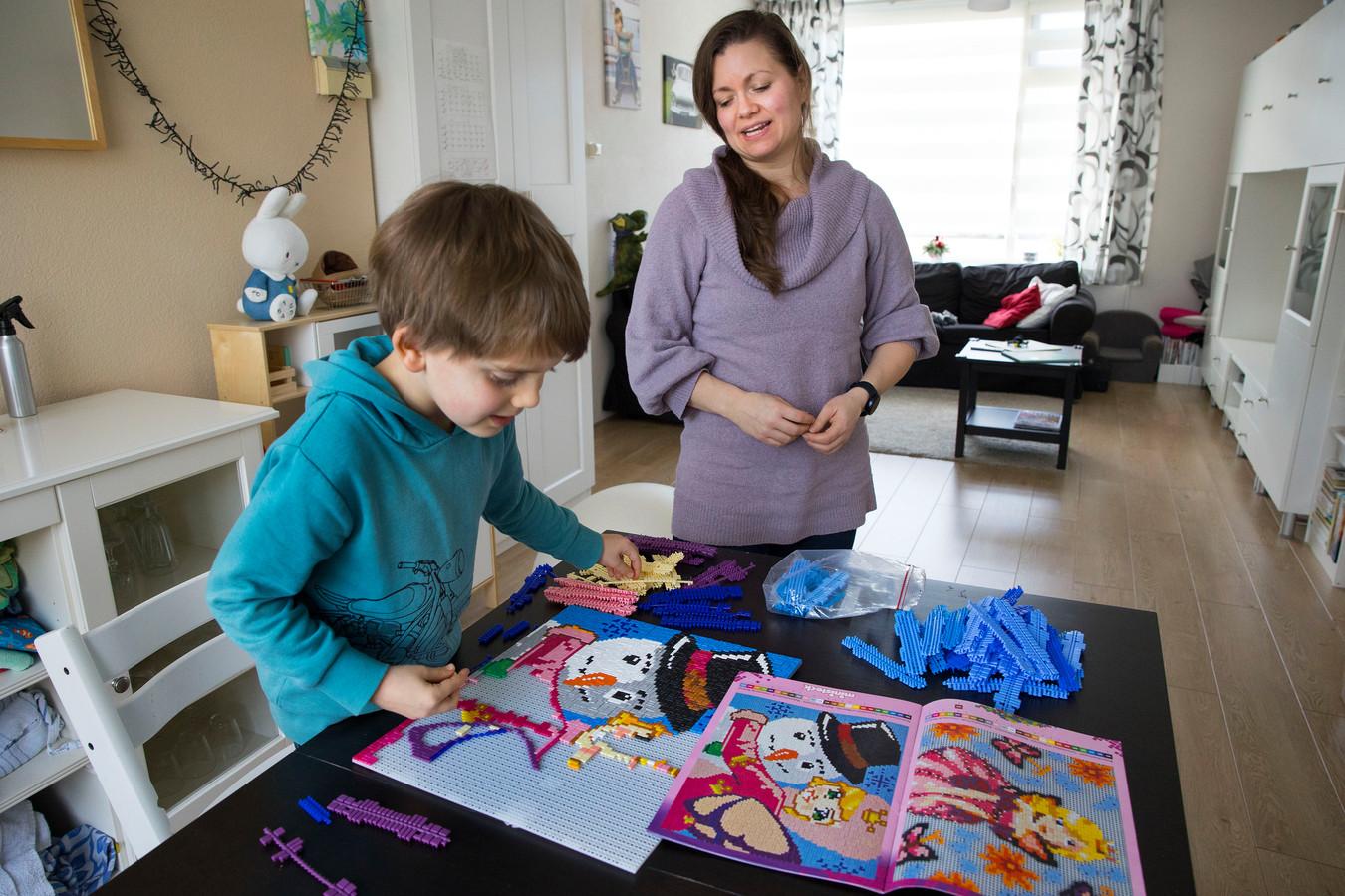 Martine Verhoeven en Bram spelen met Ministeck.