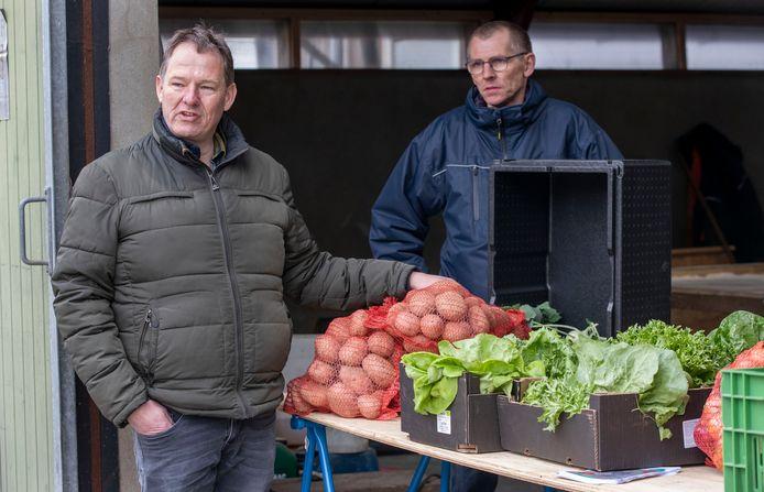 Onbespoten groenten te koop bij Vallei Streekgroenten in Lunteren. Links initiatiefnemer Barrie Geresteijn.