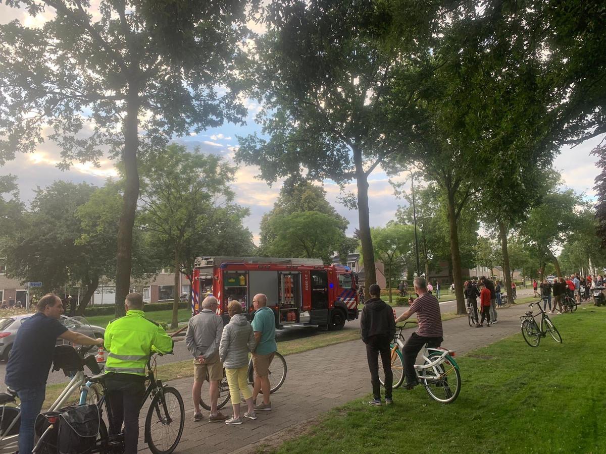 De woningbrand aan de Snipdonk trok veel bekijks. De Busselbundersweg werd afgezet om de brandweer de ruimte te geven.