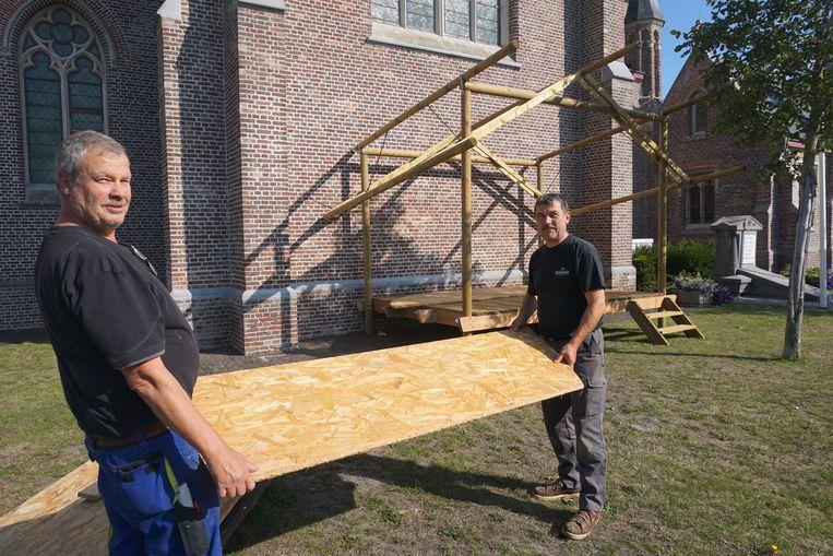 De opbouw van de 43ste editie van Leffingeleuren is in volle gang. Stephaan Proot (links) en Rik Despodt timmeren het Busker-podium ineen.