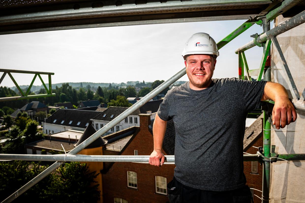 Arne Cannaerts, van beenhouwer tot dakwerker: 'Ik ga opnieuw met een glimlach naar huis.'  Beeld Gregory Van Gansen / Photo News