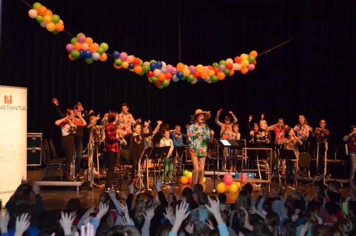 Presentator Huub Hangop krijgt de hele zaal mee tijdens concert 'Toeter'