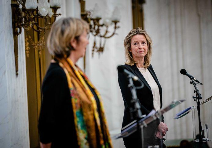 Annemarie Jorritsma (VVD) en Kajsa Ollongren (D66) tijdens een persconferentie.