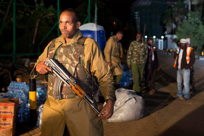 Een politieagent bemant een wachtpost bij het Westgate-winkelcentrum in Nairobi.