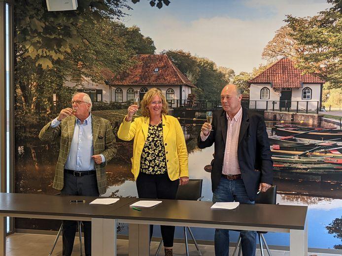 Wethouder Inge klein Gunnewiek (midden) samen met Hans Jansen (links) en Guus de Groot van De Rikker Winterswijk B.V. een samenwerking tussen H. Jansen Groep en Van Omme & De Groot projectontwikkelaars en bouwers.