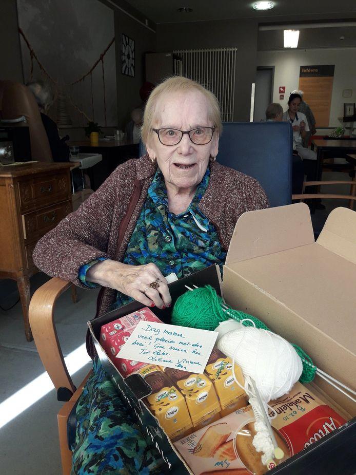 Een bewoonster krijgt steun van haar dochter in de vorm van een cadeautje: voedsel en... breiwol.