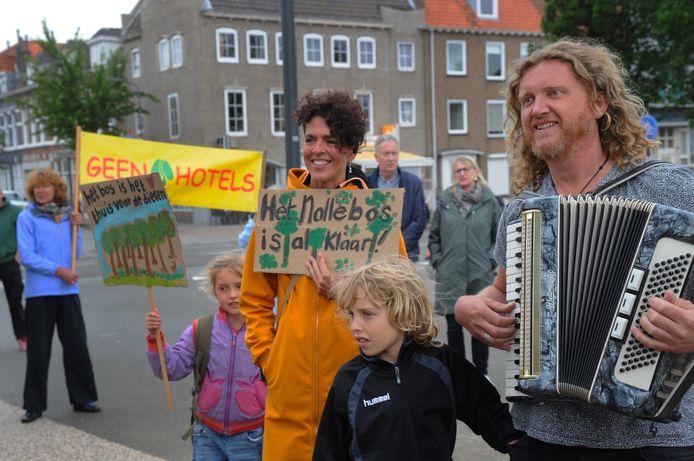 Op accordeon begeleidt Hans van der Werf (rechts) van Woodworks demonstranten die een protestlied zingen tegen bebouwing in het Vlissingse Nollebos.