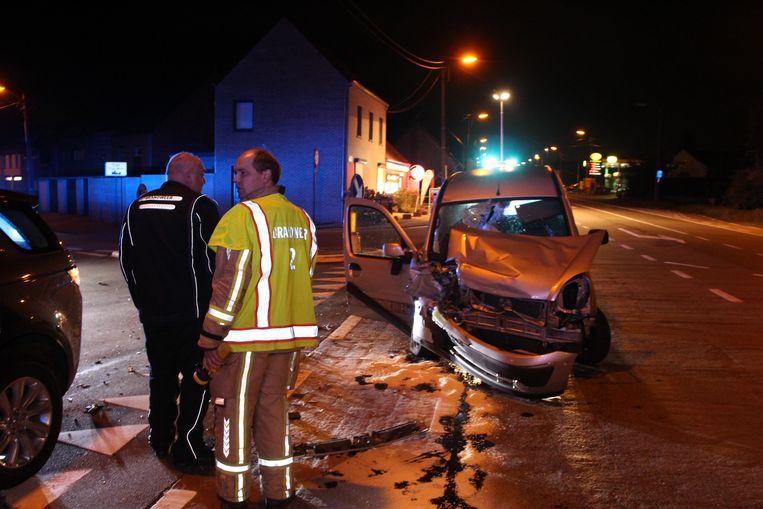 De Renault Kangoo raakte zwaar beschadigd.