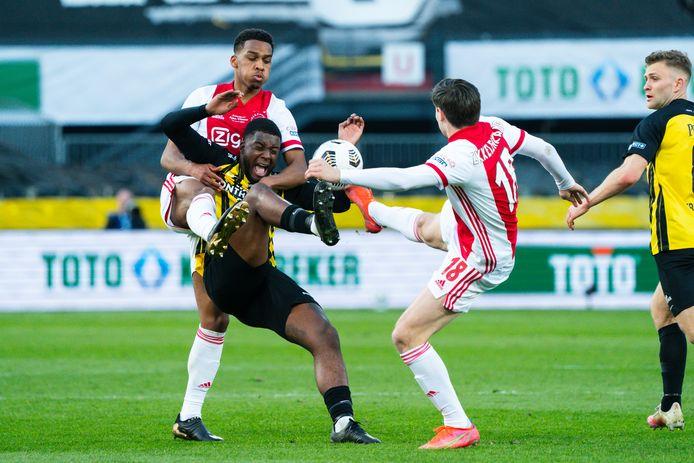 Riechedly Bazoer voor Vitesse in duel met de Ajacieden Jurrien Timber en Jurgen Ekkelenkamp, in de finale van de KNVB-beker.