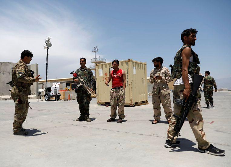 Afghaanse militairen in een door de Amerikanen verlaten legerbasis in Bagram.  Beeld Reuters