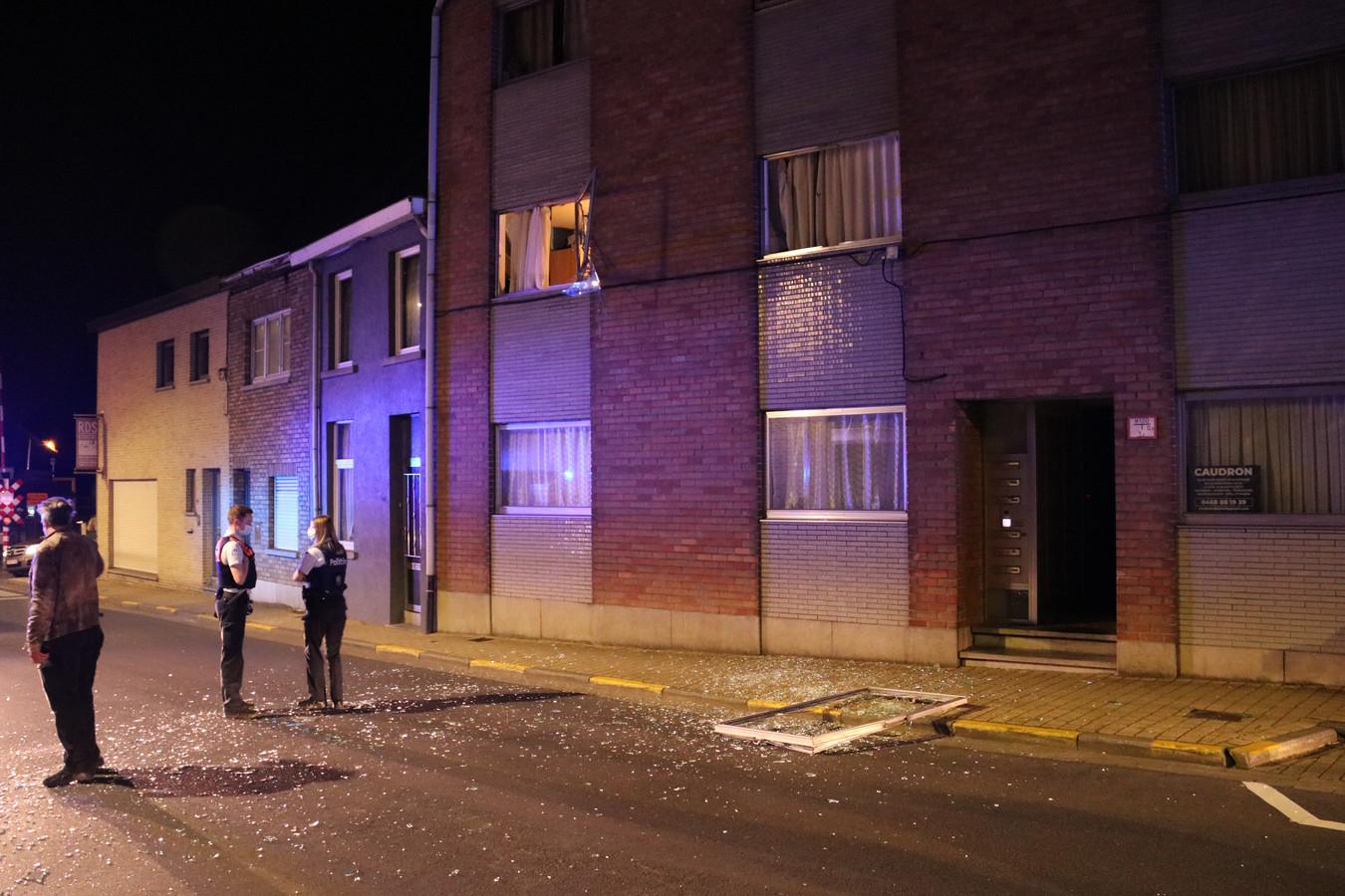 De ramen kwamen op straat terecht na de explosie.