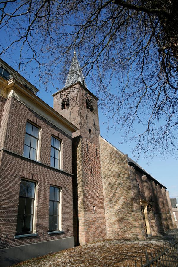De pastorie en de kerk van Tuil.