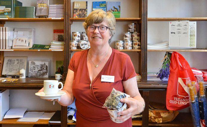 Petra van den Heuvel-Van de Ven in De Ballensnoeperij, de winkel van Vereniging Oud-Linschoten