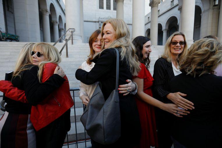 The Silence Breakers, een groep vrouwen die zich uitspraken over het wangedrag, viert de veroordeling van Weinstein.    Beeld REUTERS