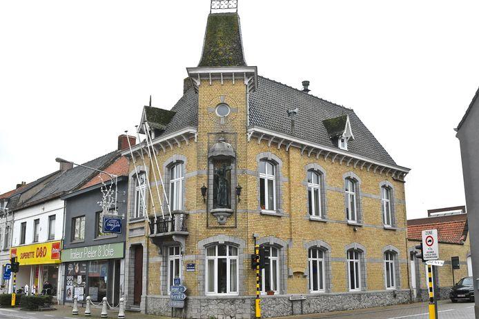 Het oud gemeentehuis van Geluwe. De gevel moet bewaard blijven