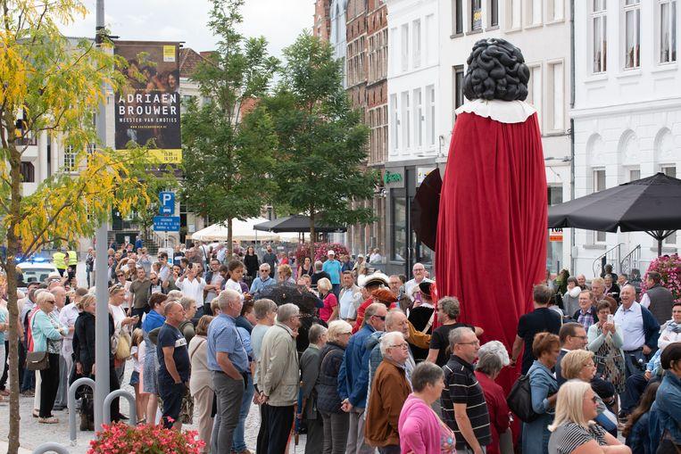 Veel volk zakte naar de Markt af om de stoet te zien.