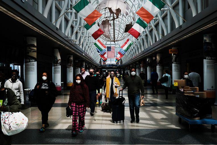 Hopend op betere tijden? De luchthaven van Chicago tooit zich met de vlaggen van een aantal Europese landen. Al ruim een jaar zijn niet-essentiële reizen vanuit de VS naar de EU verboden. Beeld Getty Images
