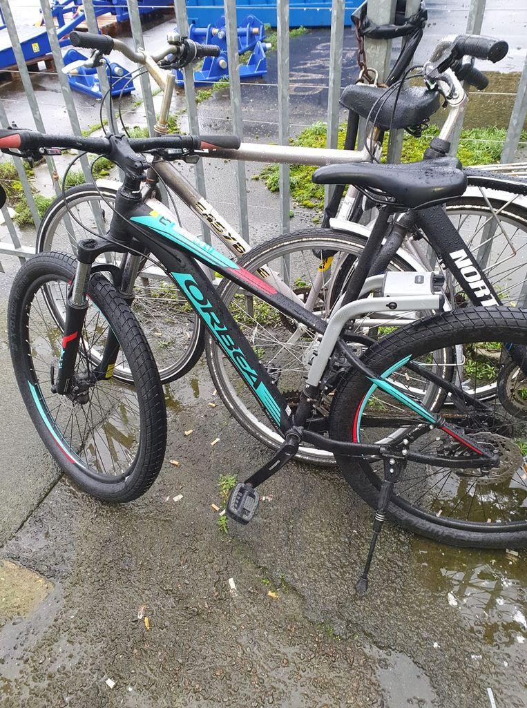 Een van de twee gestolen mountainbikes, aan het wachten in het station om opgehaald te worden door de eigenaar.