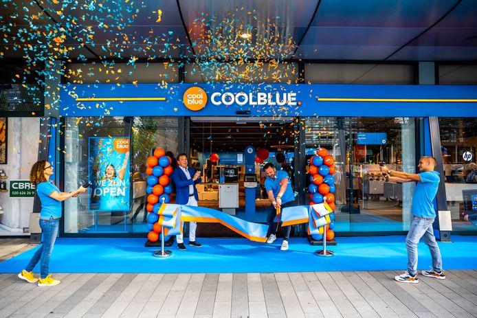 CEO Pieter Zwart (tweede van rechts) bij de opening van van een winkel van Coolblue.