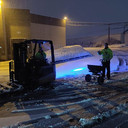 Arbeiders ruimen sneeuw bij McBride.