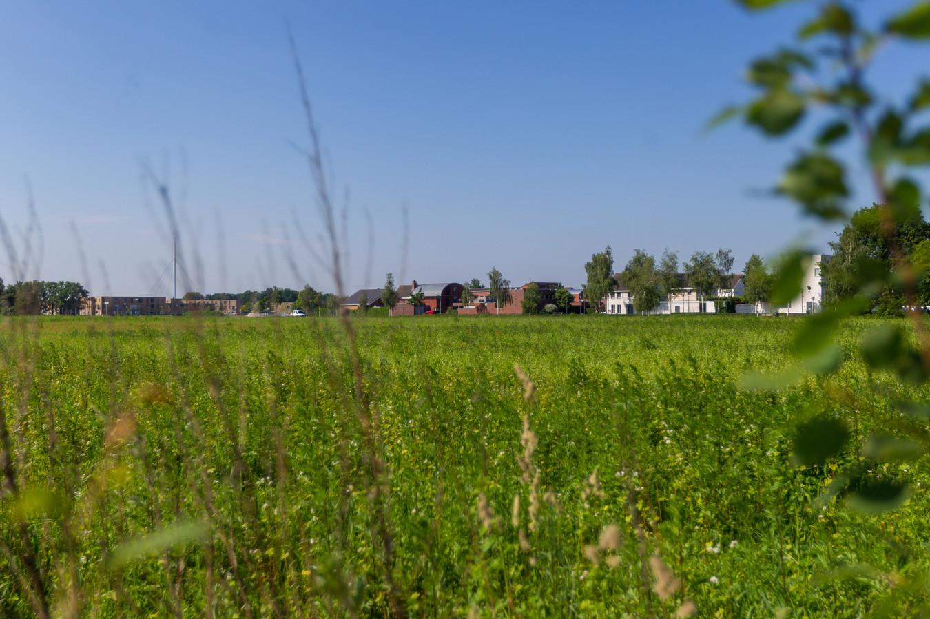 Het terrein in Meerhoven waar het nieuwe politiecomplex komt. Op de achtergrond Grasrijk