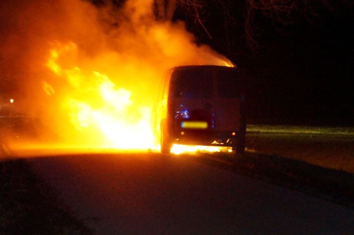 Busje brandt uit in Elshout.