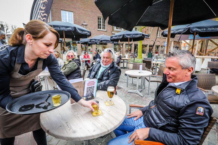 De terrassen in de Nederlandse grensgemeente Sluis heropenden gisteren al. Veel tafeltjes werden meteen ingenomen door Vlamingen. Beeld Benny Proot