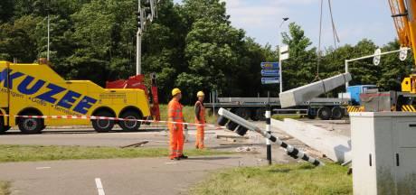 Vrachtwagen met heipalen gekanteld; N57 bij Serooskerke was bijna hele ochtend gestremd