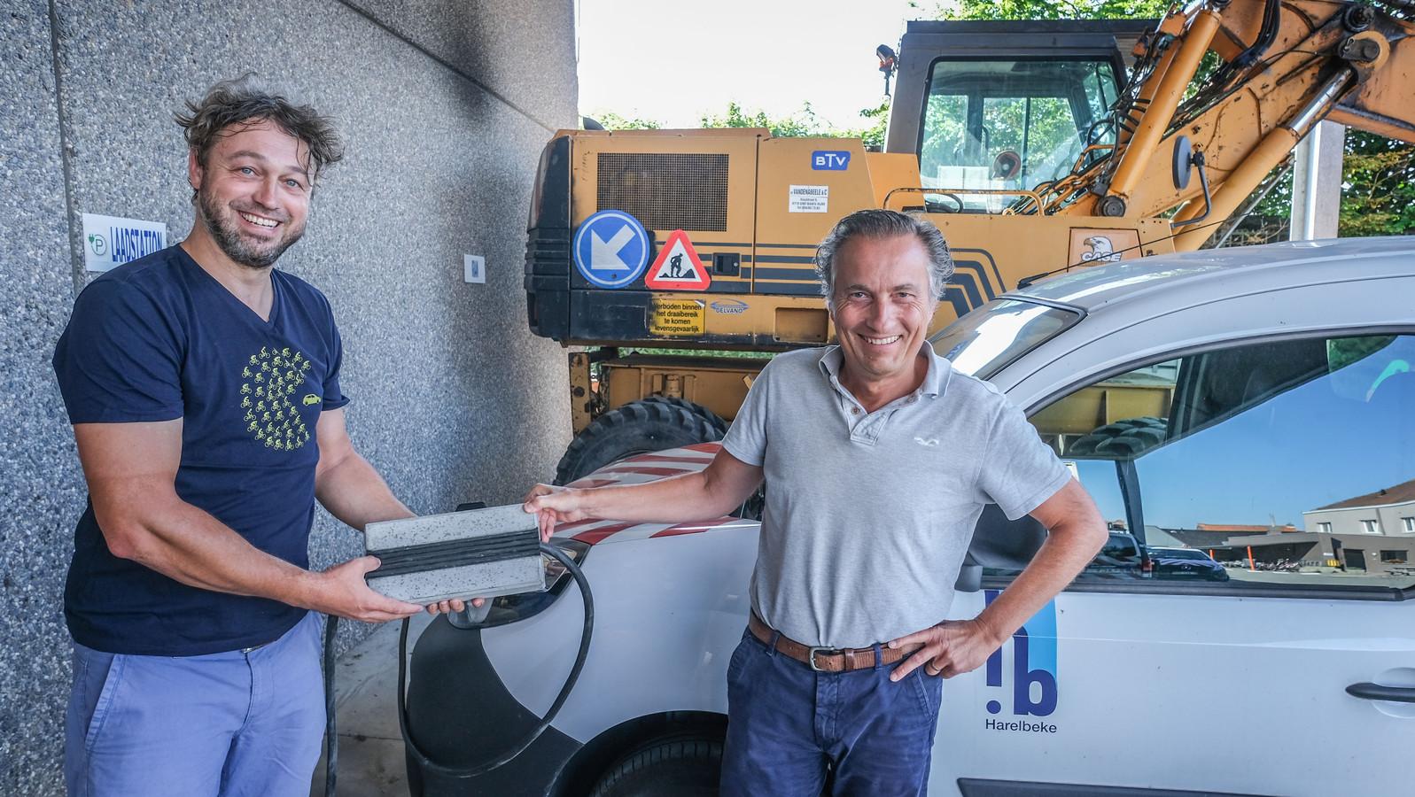 Schepen Tijs Naert (links) en stadsmedewerker Kris Buys (rechts) tonen zo'n 'kabelgoottegel'.