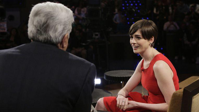 Anne Hathaway doet haar zegje bij Jay Leno. Beeld getty