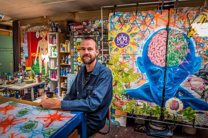 Kunstenaar Aschwin Huiskes in zijn atelier.