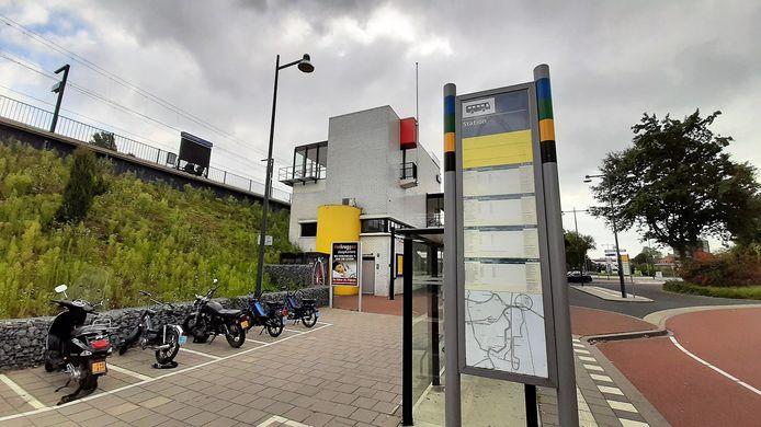 Busreizigers bij station Zaltbommel moeten het nu nog doen met deze borden.