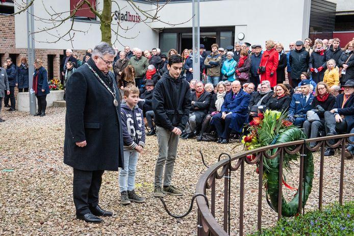 Burgemeester Bruls bij de vorige herdenking.