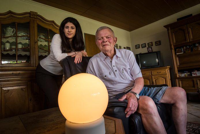 Sefora Tunç van Ibilight met haar bejaarde buurman Kalli Schneider, die het prototype van de lamp op proef heeft.