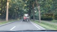 Wielertoerist haalt gevaarlijke toeren uit: liever achter tractor met machine dan op vrijliggend fietspad