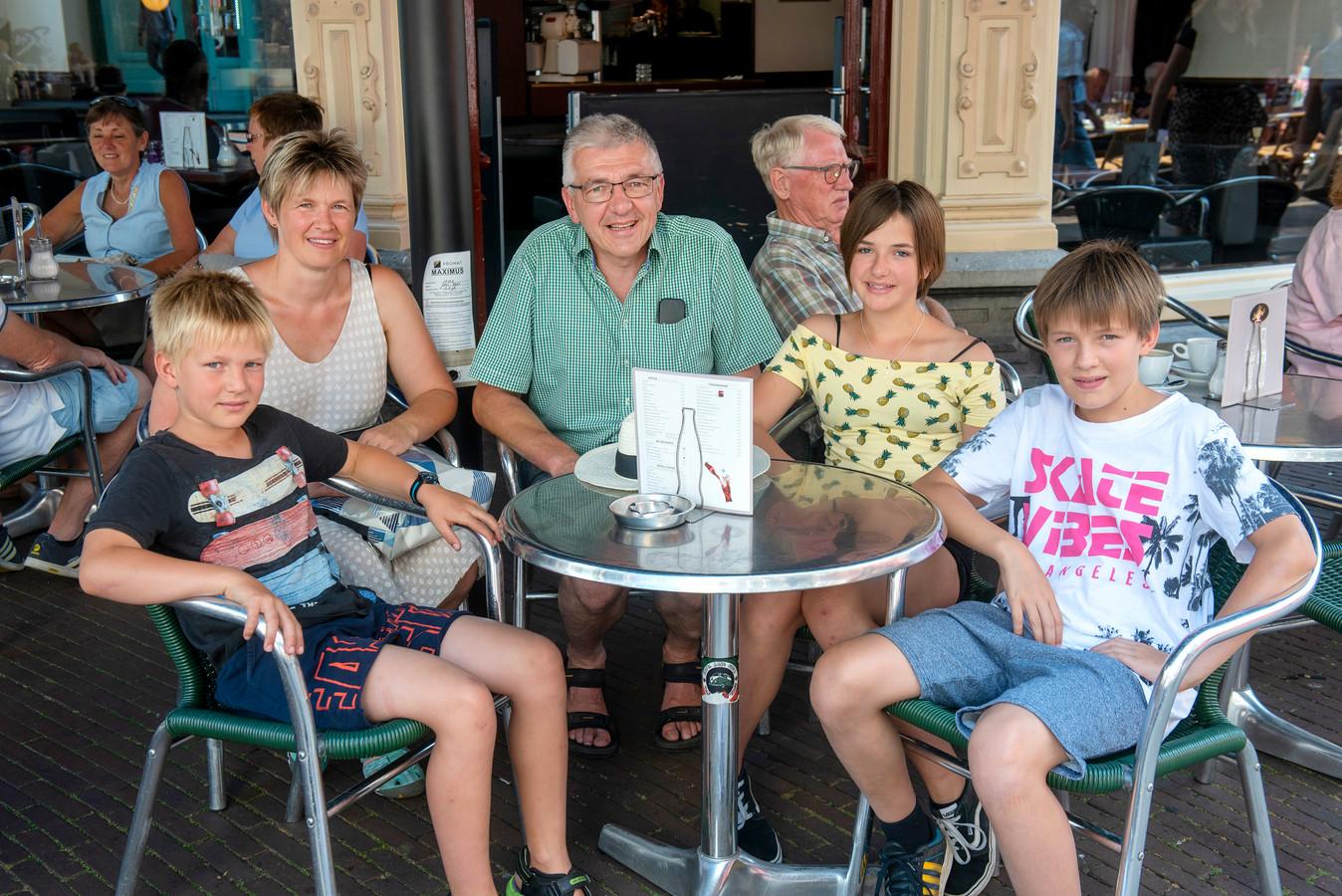 Zwitserse toeristen in de Arnhemse binnenstad.