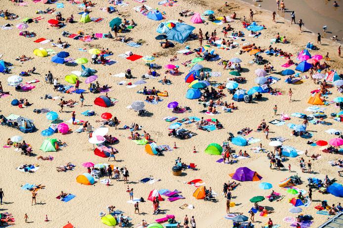 Luchtfoto van badgasten op het strand van Scheveningen.