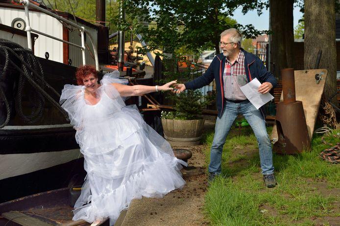 Regisseur Peter Meijer helpt hier een vrouw die op het punt staat  om in het huwelijksbootje te stappen.