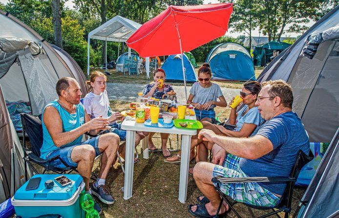 Kampeerders in Hoek van Holland genieten van een ontbijtje bij de tent.
