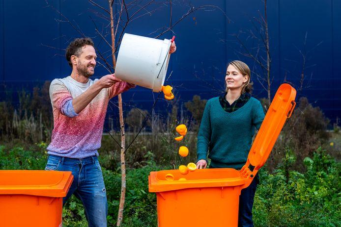 Bas van Abel (43) en Anja Cheriakova (34), eigenaren van De Clique, tussen de op afvalstoffengrond gekweekte kruiden. De Clique haalt biostromen zoals sinaasappelschillen, koffiedik en snij-voedselresten CO2-neutraal op.