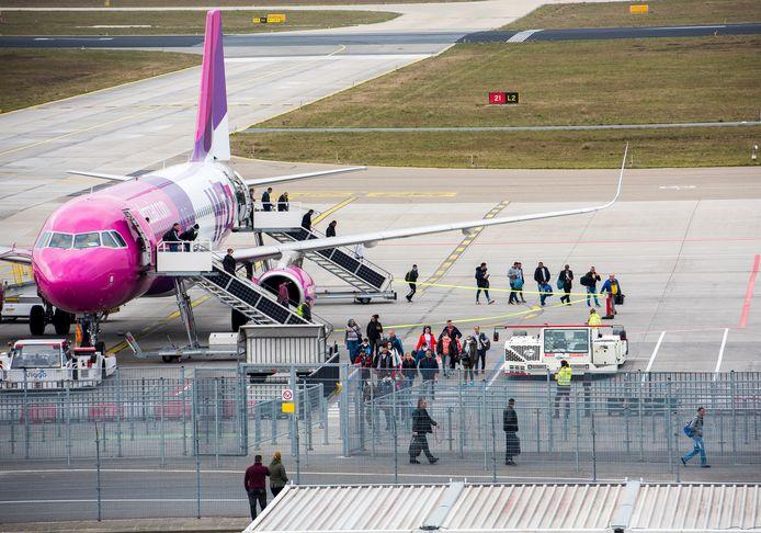 Het vliegverkeer mag dan bijna volledig platliggen: dagelijks landen momenteel zeker vier toestellen van de Hongaarse budgetmaatschappij Wizzair met seizoensarbeiders op Eindhoven Airport.