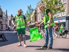 Ondernemers ruimen zwerfafval op voor heropening terrassen: 'Welkom in mooi en schoon Middelburg'