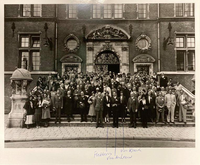 Groepsfoto van de congresdeelnemers, met aanjager Mary Fleddérus op de eerste rij.  Beeld Stadsarchief Rotterdam